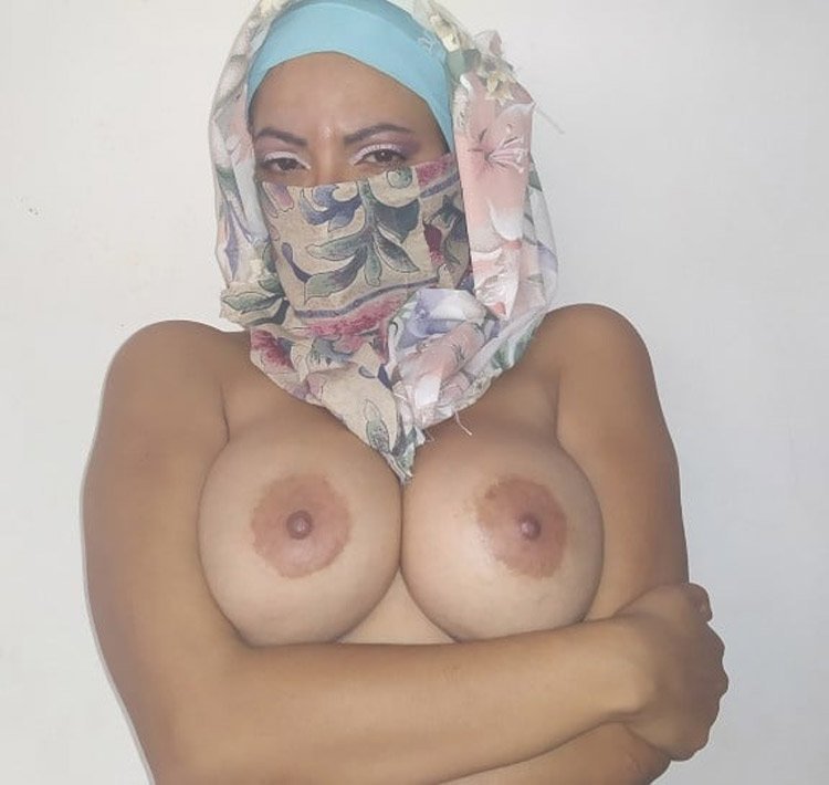 MILF arabe seins énormes 19