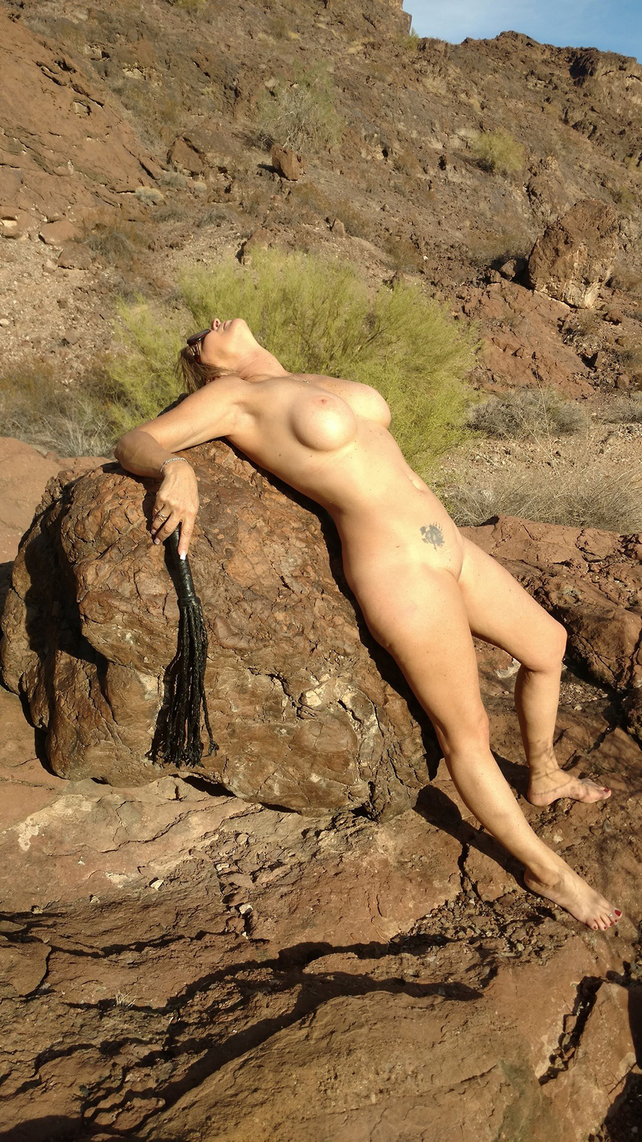Sexagénaire blonde naturiste en Airizona 8