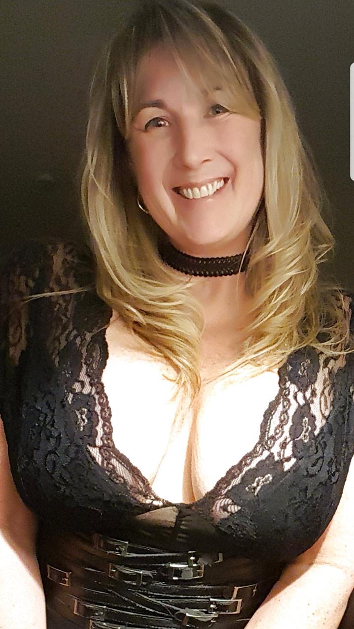 Valérie bourgeoise trop chaude gros seins 1