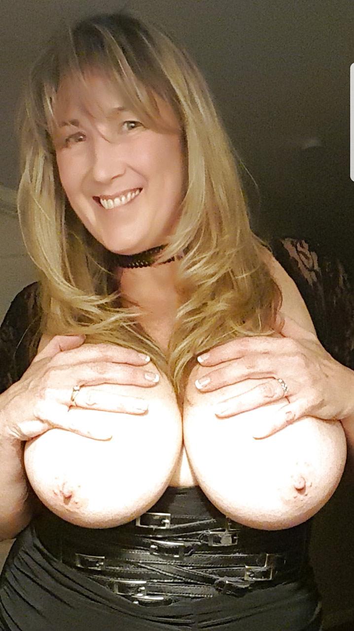 Valérie bourgeoise trop chaude gros seins 12
