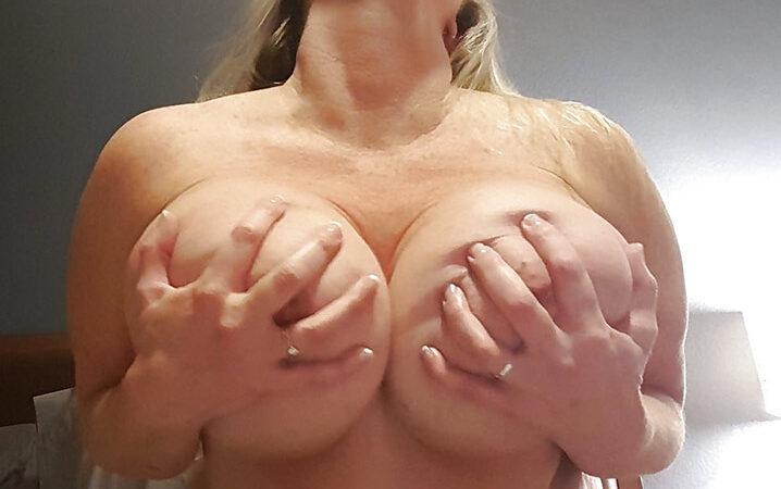 Valérie bourgeoise trop chaude gros seins 14