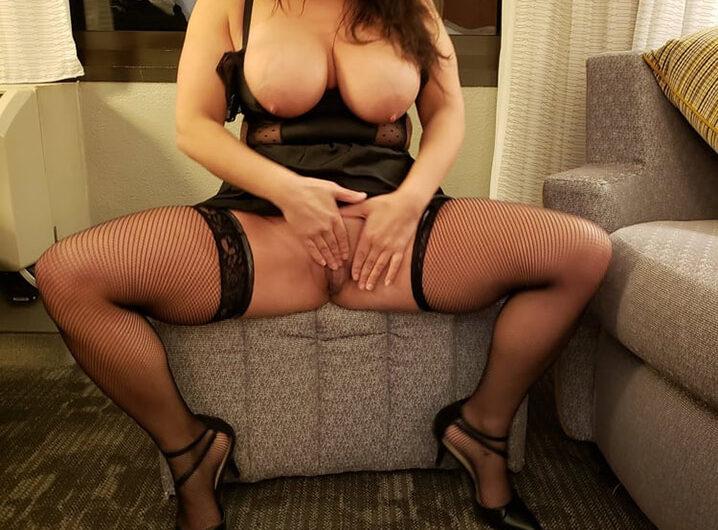 Agnès dépravée et affamée de sexe, se dénude