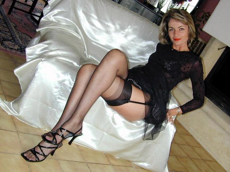 MILF blonde en bas nylons 14