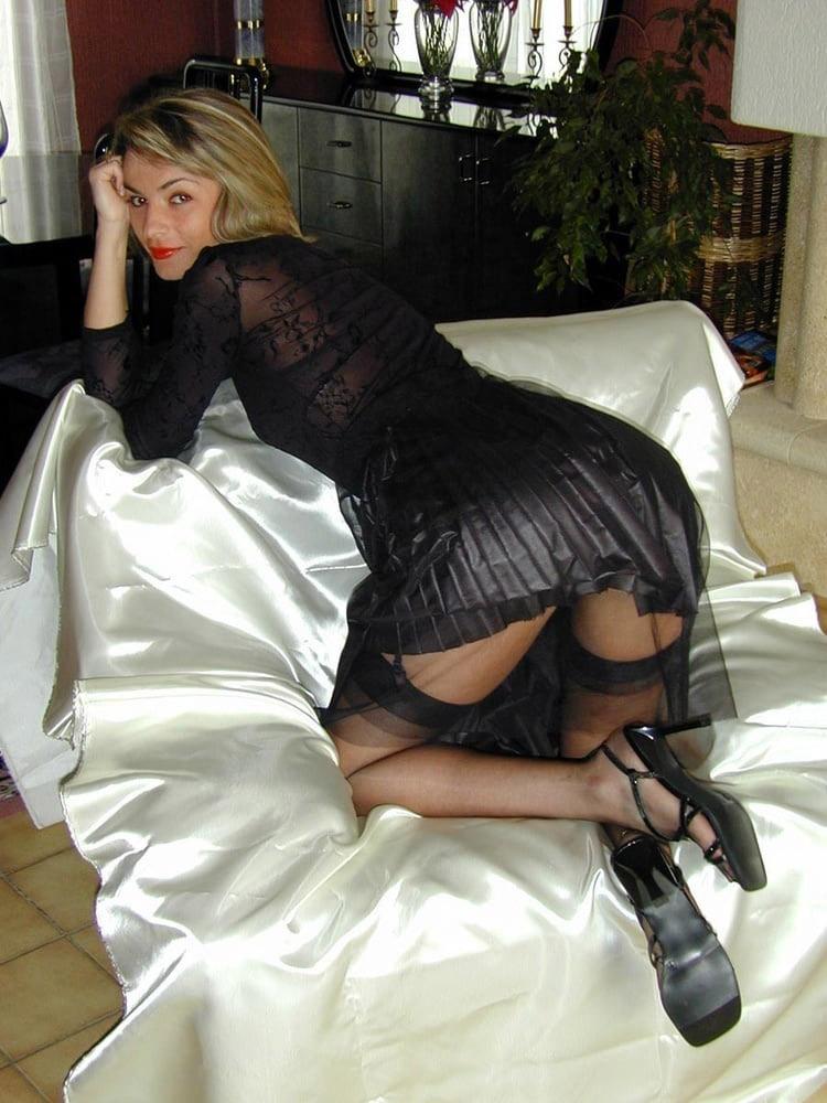 MILF blonde en bas nylons 21