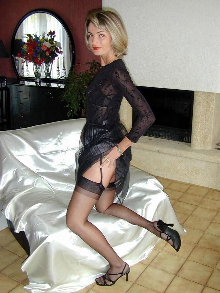MILF blonde en bas nylons 23