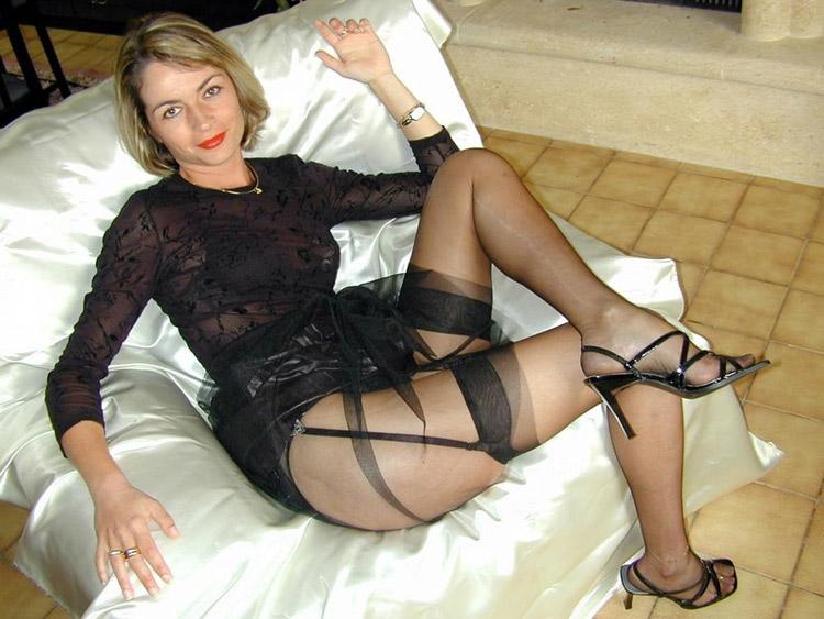 MILF blonde en bas nylons 24