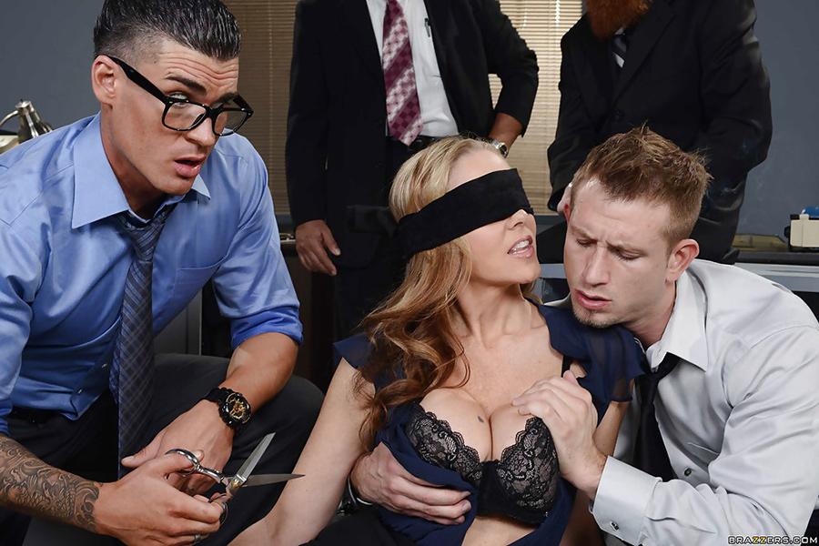 Partouze yeux bandés Julia Ann Big tits at Work 10