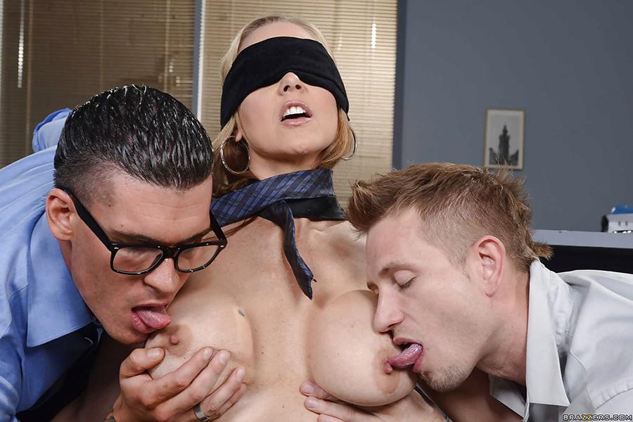 Partouze yeux bandés Julia Ann Big tits at Work 11