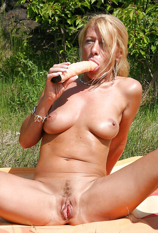 Petra blonde tchèque gode dans la nature 11