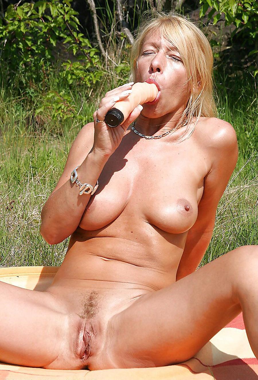 Petra blonde tchèque gode dans la nature 12