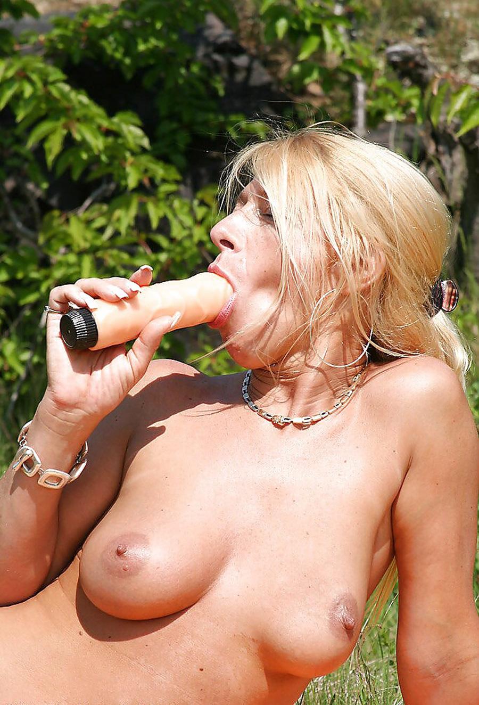 Petra blonde tchèque gode dans la nature 13