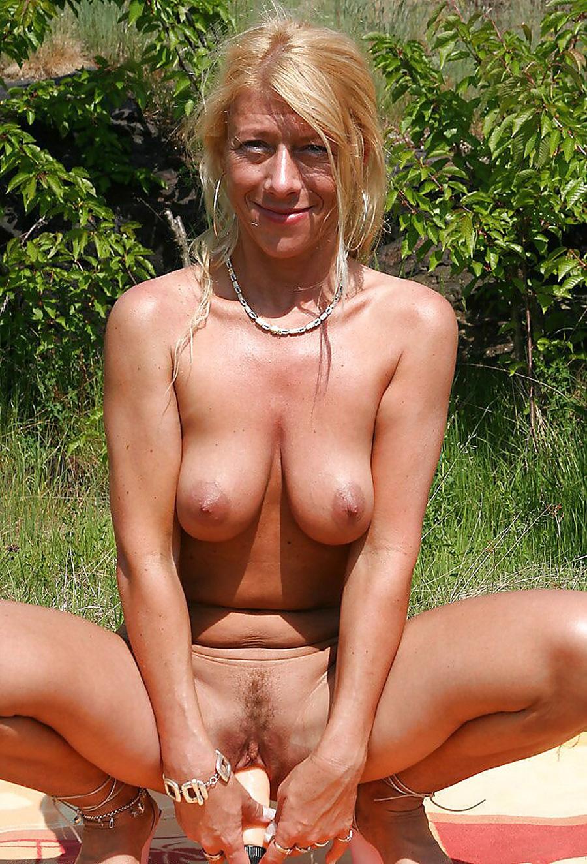 Petra blonde tchèque gode dans la nature 15