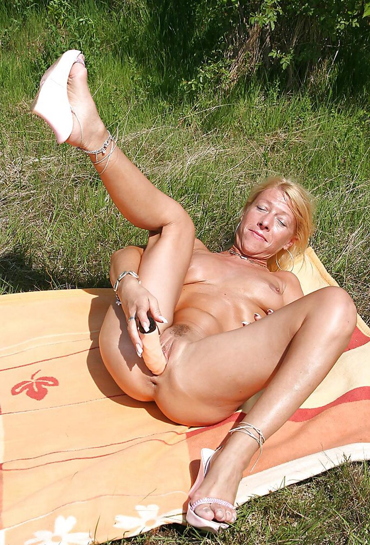 Petra blonde tchèque gode dans la nature 5