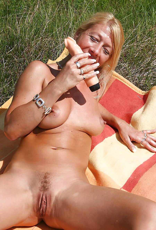 Petra blonde tchèque gode dans la nature 8