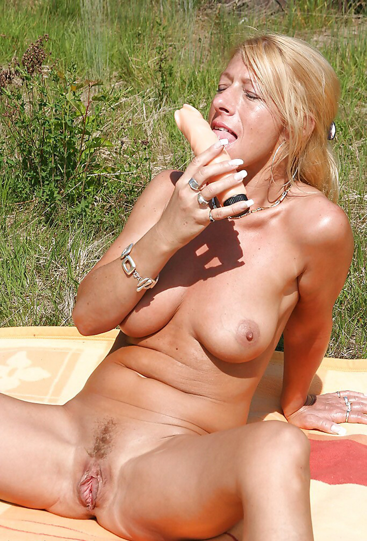 Petra blonde tchèque gode dans la nature 9