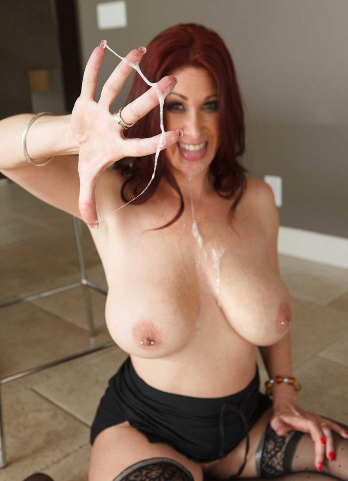 Tiffany Mynx sperme sur les doigts